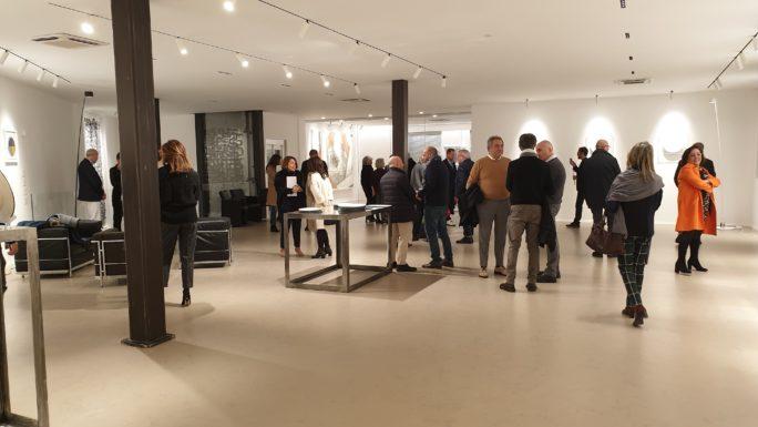 """L'arte entra in azienda: inaugurata da Cancellotti la mostra di ceramica """"Complice il fuoco"""""""